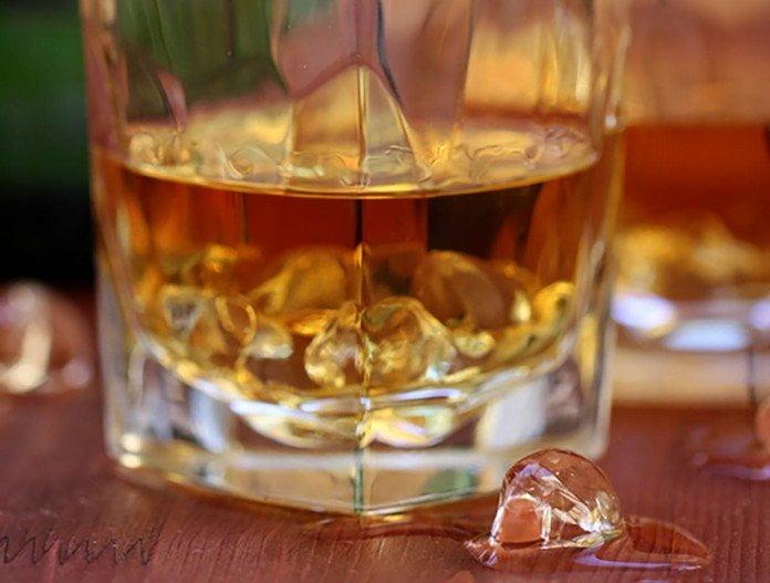 Un rye whisky sur glace dans un verre old fashioned