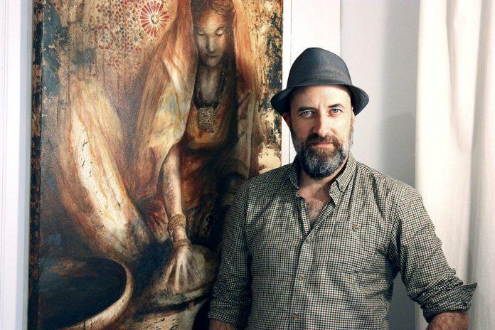 Yannick Brosseau devant une œuvre issue de son portfolio de projets personnels.