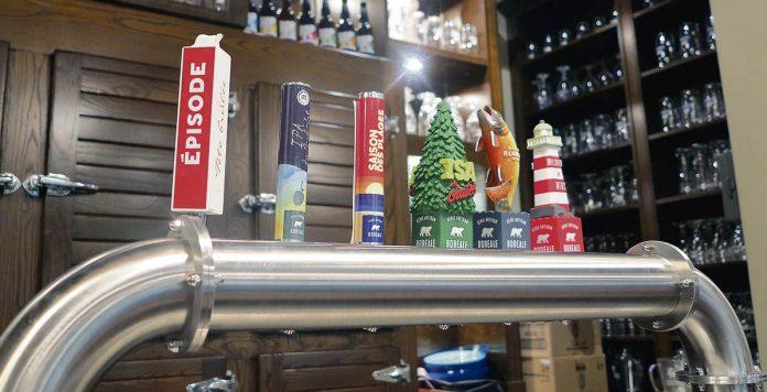 Lignes de fûts au bar de la microbrasserie Boréale