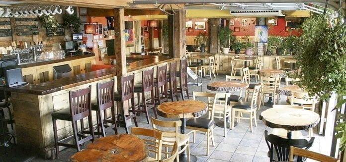 L'intérieur du bar La Souche, avec des tables et le bar