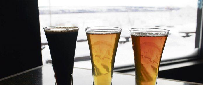 Trois bières sur le bord de la fenêtre à la Microbrasserie des Beaux Prés