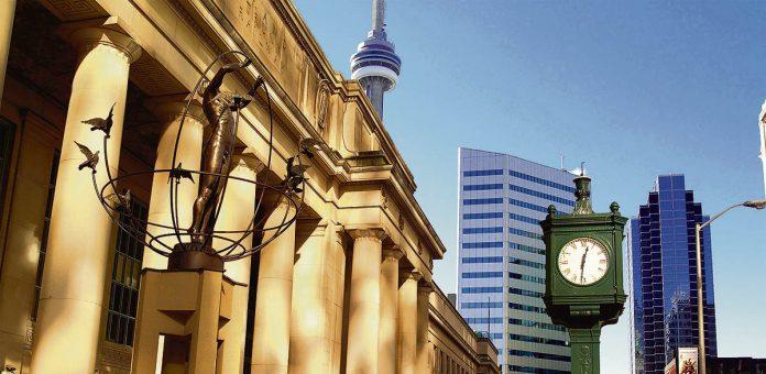 Vue de la tour du CN de Toronto depuis la rue