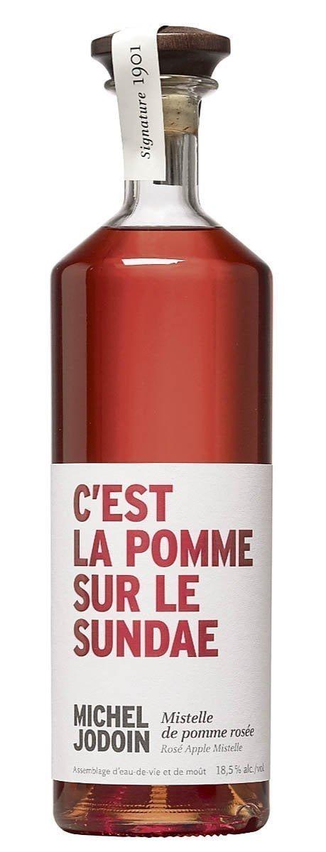 Une bouteille de Mistelle de pomme rosée arborant la phrase