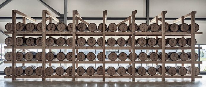 La salle de vieillissement ultra moderne de la distillerie Artist in Residence remplie de barils