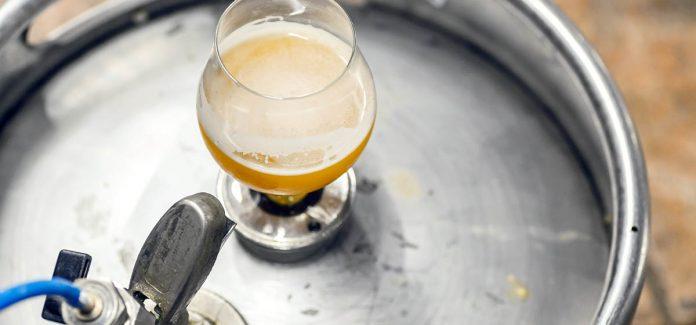 Un verre de bière sur un fût de bière