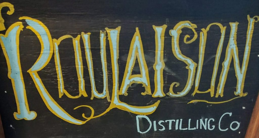 Le tableau noir indiquant la distillerie Roulaison Distilling Co.