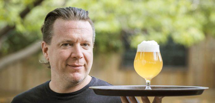 Olivier bourget en train de servir une bière dans un cabaret