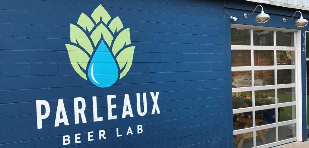 :e logo de Parleaux Beer Lab une goutte deeau sur une cocote de houblon stylisés) sur le mur de la brasserie