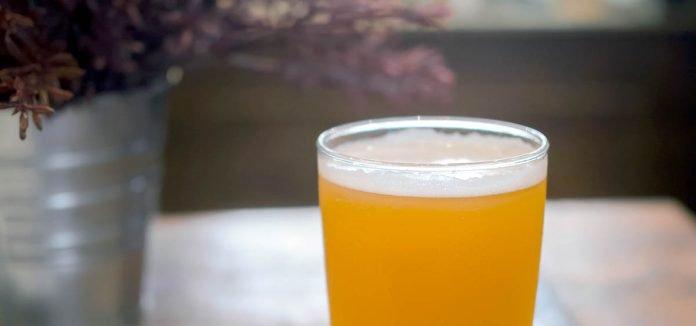 Une NEIPA servie dans un verre de style pinte