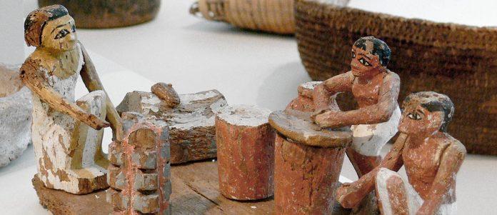 Des figurines égyptienne préparant de la bière
