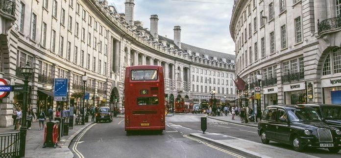 Un double decker dans une rue de Londres