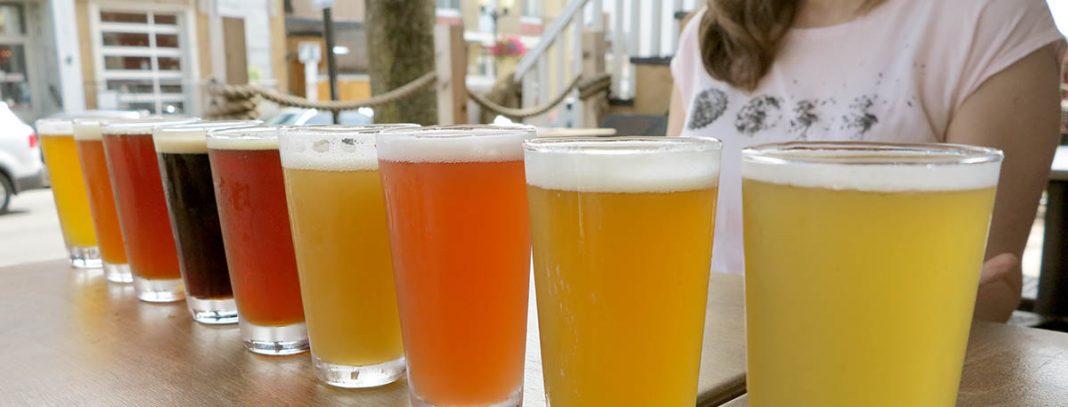 Une série de verres de bières sur un comptoir représentant différents styles de bières