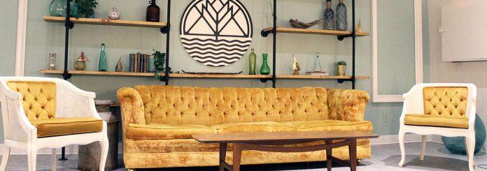 Le sofa jaune de la mezzanine des Insulaires