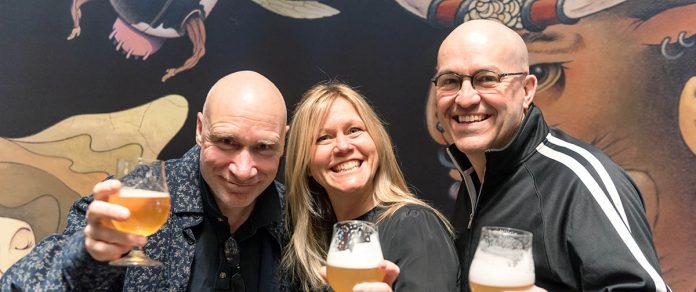 L'illustrateur Pol Turgeon en compagnie Caroline Bandulet et Frédérick Tremblay, fondateurs de la brasserie.
