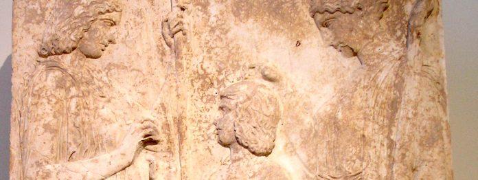 Déméter, la Terre-Mère, qui offre à Triptolème le savoir de la culture.