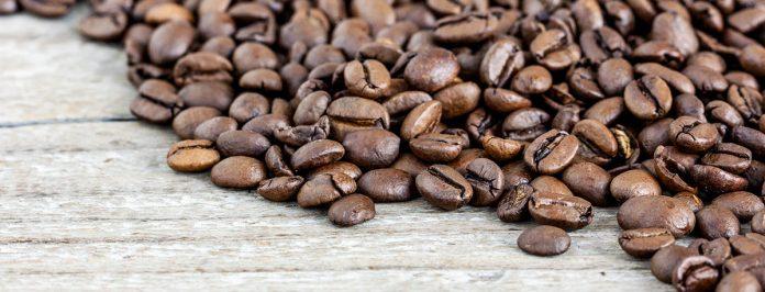 grains de café étalés sur une table